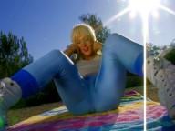 Vidéo porno mobile : Elle joue la chaudasse dans son jogging moulant